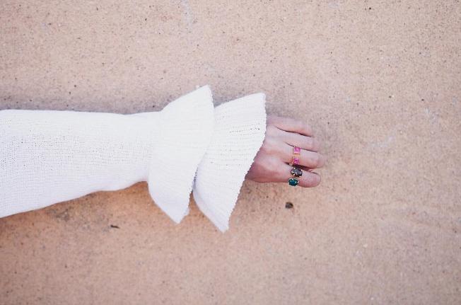 Anillo piedras de colores sobre arena de playa