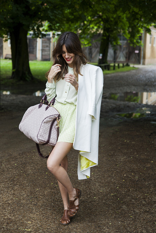 Gala con abrigo blanco con forro verde acido de Adolfo Dominguez