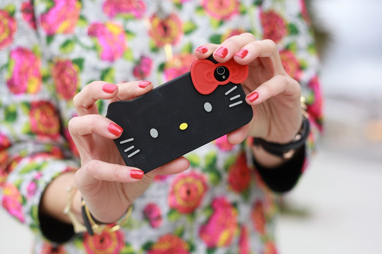 Silvia del blog de moda Bartabac con una funda para Iphone de Hello Kitty
