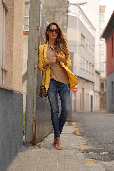 Blazer de color amarillo