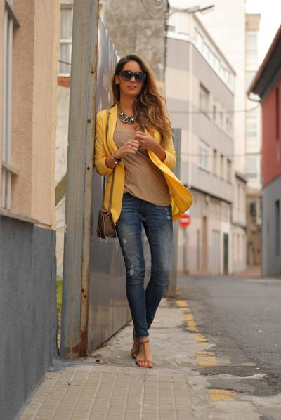 Blazer de color amarillo