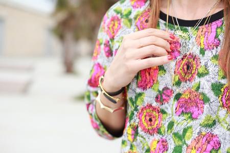 Silvia de bartabac con camisa de flores y joyas leCarré