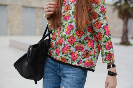 Silvia de Batabac con una camisa de flores