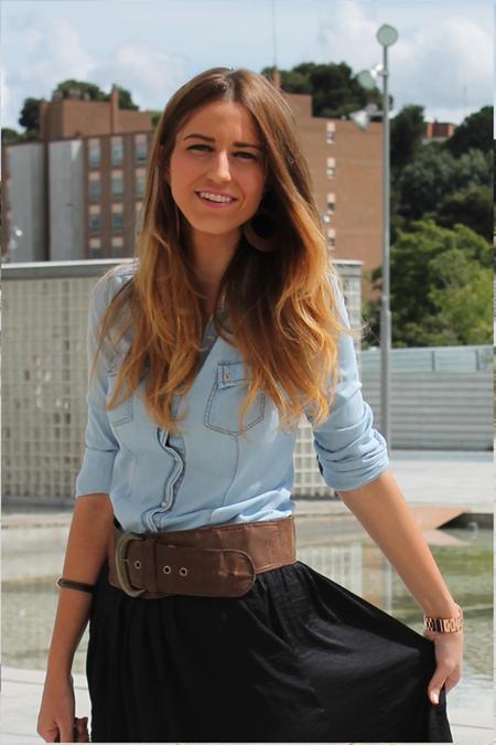 Camisa Vaquera de Stradivarius y falda negra Bershka