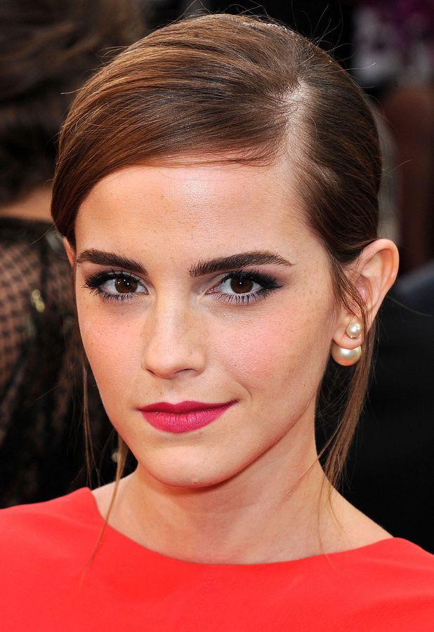 Emma Watson en los Golden Globes con unos pendientes