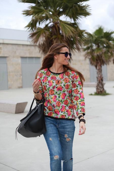Silvia del blog Bartabac con un estilismo de flores acompañado de una pulsera de cuero y plata de leCarré Joyas