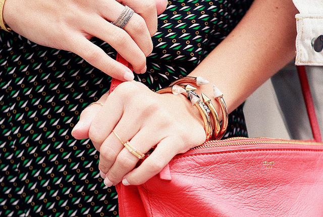 Gala Gonzalez en EBFW con anillos de diamantes de leCarré joyas