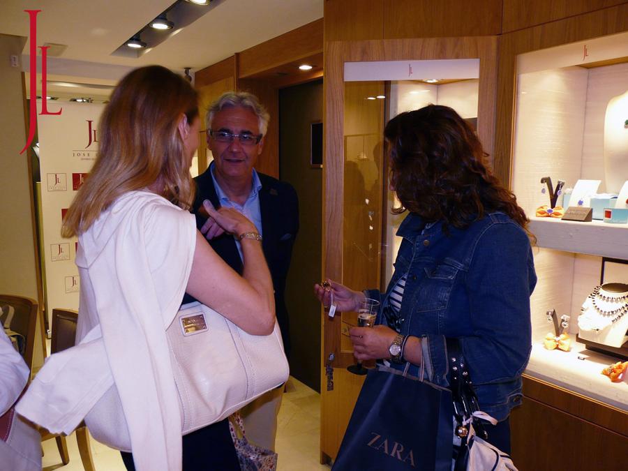 Don Jose Luis charlando con los invitados