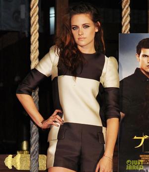 Kristen Stewart con pulsera clavo dorada