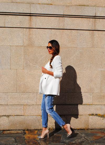 Maria del blog de moda Stellawantstodie con blazer color blanco de Mango