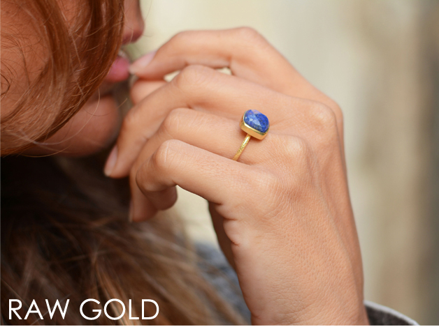 Modelo con anillo lapislazuli