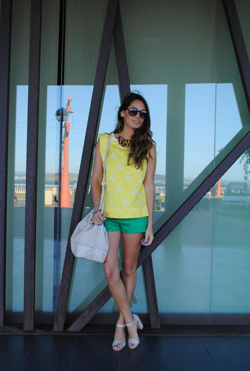 Maria con pantalón color verde lima y camiseta amarillo limón