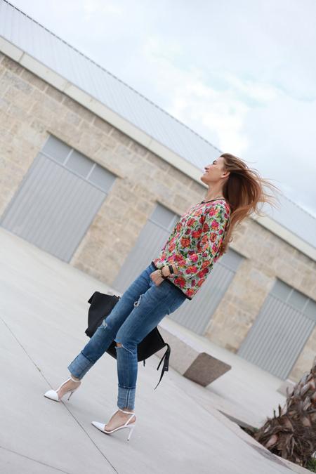Silvia con estislismo de flores y la pulsera de cuero y plata de leCarré