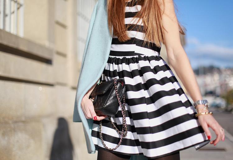 Primer plano del vestido de rayas blancas y negras