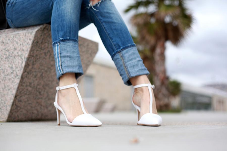Silvia de bartabac con zapatos de tacon blancos